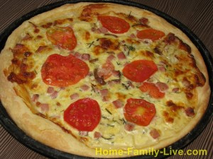 Пицца  с ветчиной , сыром и ананасами