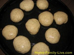 Формуем круглые булочки и смазываем их маслом