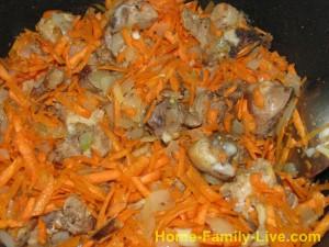 лук , морковь и кусочки курицы жарятся