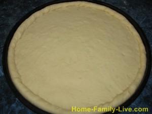 Раскатать тесто и переложить в форму