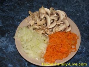 для начинки , лук мелким кубиком ,морковь на терке , грибы пластинками