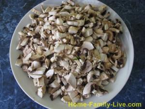 Нарезать грибы мелким кубиком