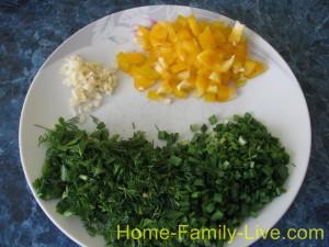 Перец , чеснок и зелень мелко нарезать