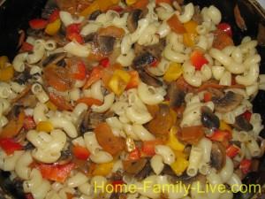 Смешать макароны и овощи