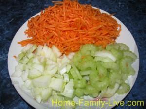 Нарезать морковь , лук , сельдерей