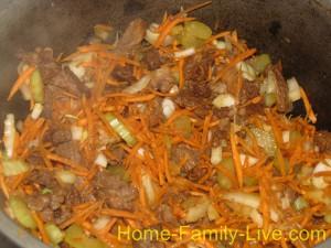 Добавить морковь и сельдерей