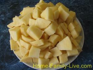 Картошку нарезать кубиком
