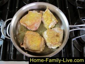 Обжарим куриные бедра