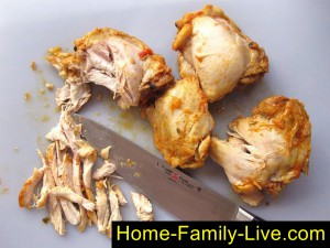 Отделить мясо от костей и нарезать на кусочки