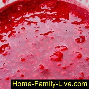 Размять ягоды и засыпать сахаром