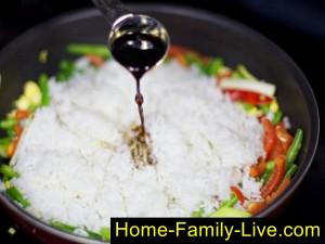 Добавим рис и соевый соус
