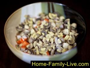 добавить нарезанные маринованные грибы