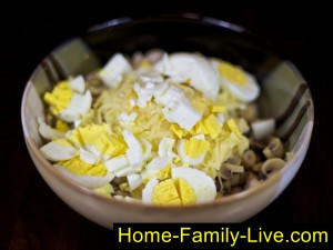 добавить яблоко и яйца нарезанные