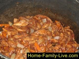 Добавить в сковороду маринованное мясо