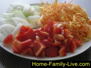 Лук, морковь и перец нарезать