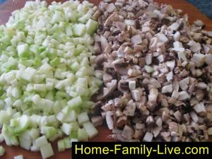 Измельчим грибы и кабачок для мант