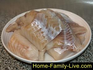 Рыбу нарезать на порционные куски