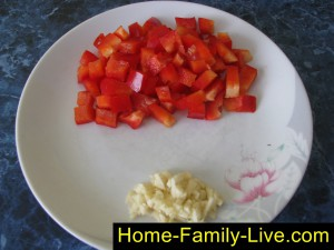 Измельчить перец и чеснок
