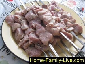 Нанизать мясо  на шампура