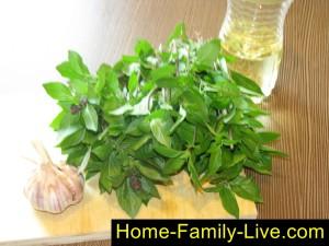Хранение базилика в растительном масле с чесноком