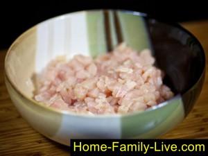 Нарежем мясо для котлет кубиком