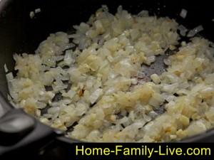 Обжарим лук для соуса