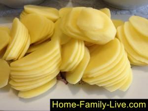 Нарежем картошку тонкими пластинками
