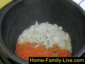 Обжарить в растительном масле, лук и морковь
