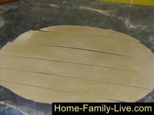 Раскатать тесто и нарезать на полски