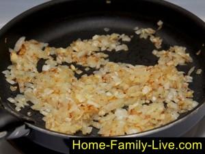 Обжарить лук для макарон по-флоцки