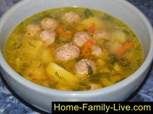 Суп с фрикадельками и макаронами.