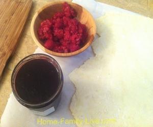 Слоеное пирожное с ягодной начинкой