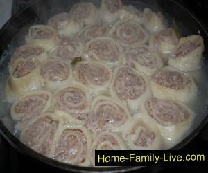 Мясные розочки с капустой